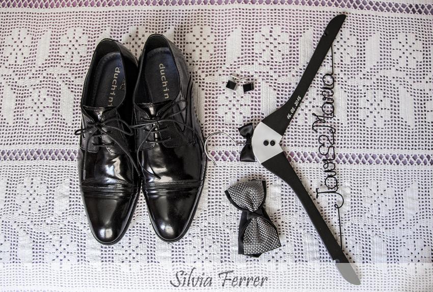 zapatos, pajarita y gemelos para novios modernos