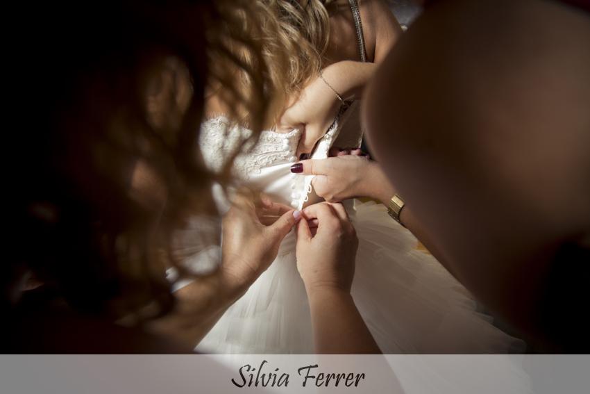 abotonando vestido de novia