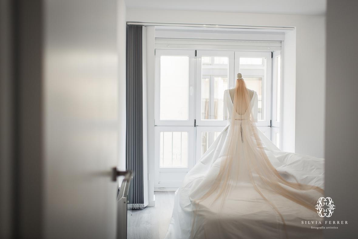 Vestido de novia de Ruben Hernandez con velo de color