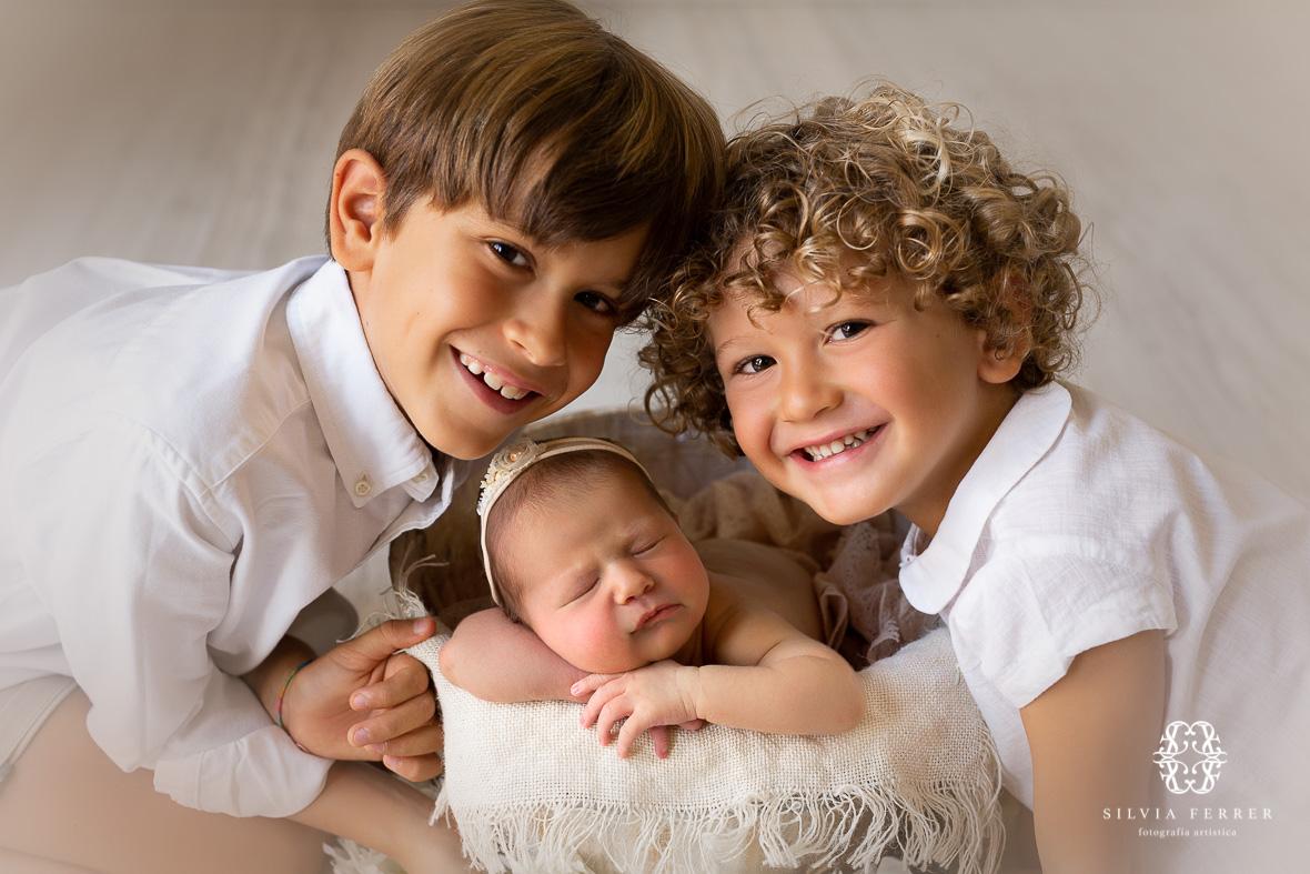 fotos newborn murcia recien nacido niña con hermanos
