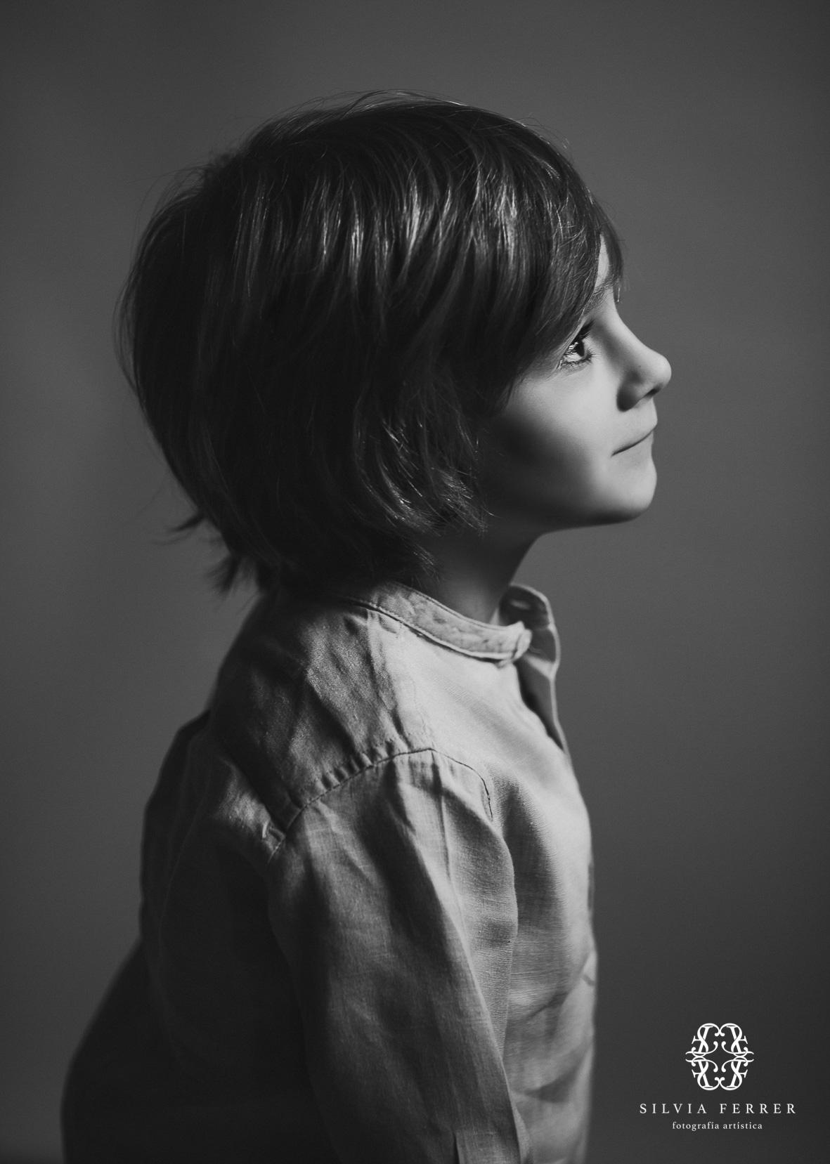 foto de niño de perfil en blanco y negro corte de pelo