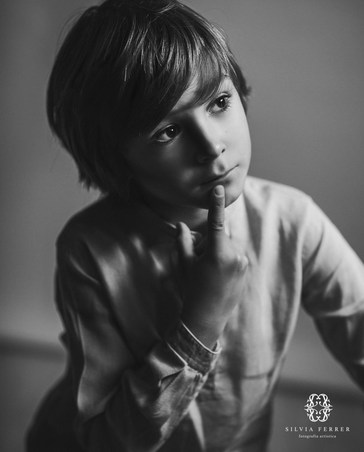 niño pensando retrato blanco y negro