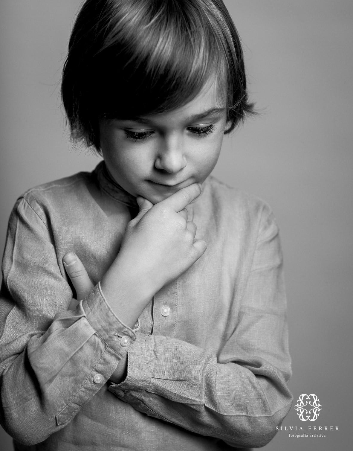 niño pesativo en blanco y negro